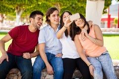 Prise d'un selfie avec des amis Photos libres de droits