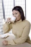 Prise d'une boisson de café. image libre de droits