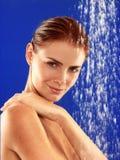 Prise d'une douche Photographie stock libre de droits