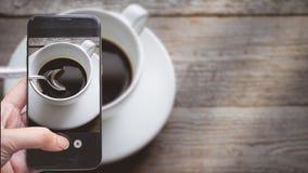 Prise d'une photo par le pressing de doigt sur Smartphone pour la photographie C Photos stock