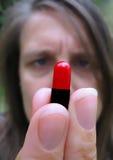 Prise d'une pillule de médicament Photo stock