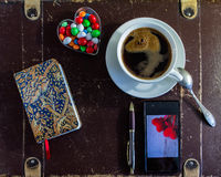 Prise d'une tasse de café pendant peu de coupure Photos stock