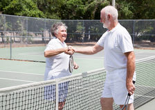 Prise de contact aînée de joueurs de tennis Photo stock