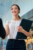 Prise de contact asiatique de femme d'affaires image stock