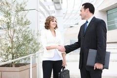 Prise de contact d'équipe d'affaires d'homme et de femme Image stock
