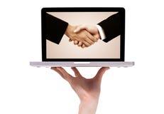 Prise de contact d'affaires dans l'ordinateur portatif moderne Images libres de droits