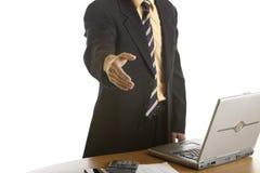 Prise de contact d'homme d'affaires dans le bureau Photo stock
