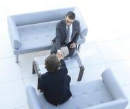 Prise de contact de deux hommes d'affaires Photo avec l'espace de copie Image stock