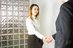 Prise de contact entre deux cadres d'affaires Photo stock