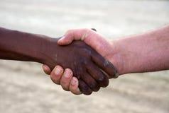 Prise de contact interraciale Images libres de droits