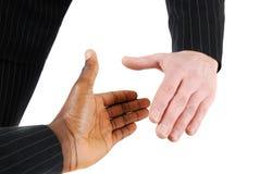 Prise de contact multiraciale entre deux hommes d'affaires Image stock