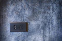 Prise de courant noir avec le fond de mur de ciment photographie stock libre de droits