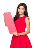 Prise de femme avec l'affiche rouge vide Images libres de droits