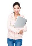 Prise de femme avec l'ordinateur portable Photo libre de droits