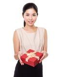Prise de femme avec la boîte actuelle rouge Images libres de droits