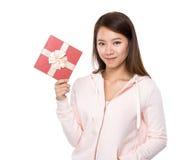 Prise de femme avec le boîte-cadeau photo stock