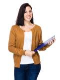 Prise de femme avec le presse-papiers photo stock