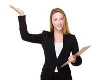 Prise de femme d'affaires avec le presse-papiers et la paume ouverte de main image stock