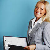 Prise de femme d'affaires un dépliant Image stock