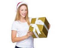Prise de femme de Noël avec le grand giftbox Photo libre de droits