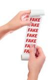 Prise de femme en son rouleau de mains de papier avec le reçu imprimé fake image stock