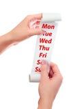 Prise de femme en son rouleau de mains de papier avec le reçu imprimé Jours de semaine montrés Photo libre de droits