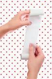 Prise de femme ou de fille en rouleau de mains de papier avec la moquerie imprimée de reçu vers le haut du calibre Nettoyez la ma Photos libres de droits