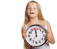 Prise de fille dans des mains une horloge avec les schémas 2012 Images libres de droits