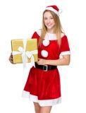 Prise de fille de Noël avec le grand giftbox Image stock