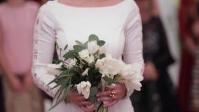 Prise de jeune mariée un bouquet dans des mains au restaurant banque de vidéos