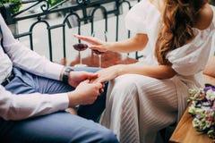 Prise de jeunes mariés dans leurs mains Photos stock