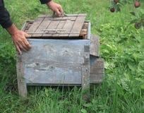 Prise de la couverture d'une vieille ruche d'abeille Images libres de droits