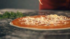 Prise de la part de la pizza, égoutture fondue de fromage Mouvement lent banque de vidéos
