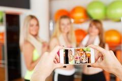 Prise de la photo des amies Image de POV, écran de smartphone Images libres de droits