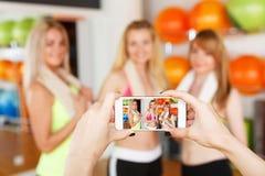 Prise de la photo des amies Image de POV, écran de smartphone Photographie stock