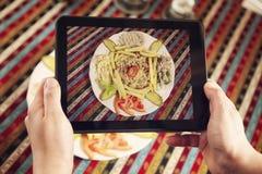 Prise de la photo du plat avec le Fajita photos libres de droits