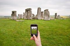 Prise de la photo pour le stonehenge avec le téléphone portable images stock