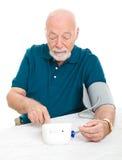 Prise de la pression artérielle à la maison Image stock