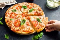 Prise de la tranche de pizza Margherita Images libres de droits