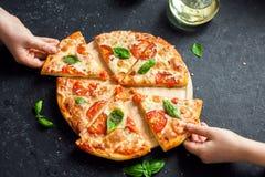 Prise de la tranche de pizza Margherita Image libre de droits