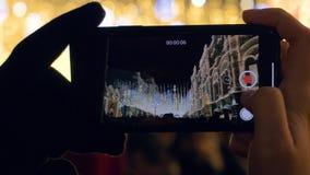 Prise de la vidéo sur l'illumination de Noël de Smartphone et de beaucoup de personnes dans la place clips vidéos