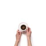 Prise de main de Femalewoman par tasse blanche d'expresso avec l'isolat de café Photographie stock