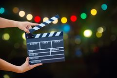 Prise de main de femme une ardoise de film au-dessus de bokeh images libres de droits