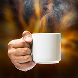 Prise de main sur la tasse de café Image stock