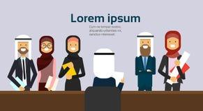 Prise de recrutement un candidat bien choisi d'homme d'affaires de lettre d'entrevue de support arabe de groupe de personnes derr illustration stock