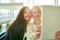 Prise de Selfie avec l'ami Photos stock
