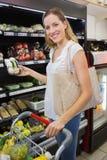 Prise de sourire de femme légumes dans le bas-côté Images libres de droits