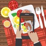 Prise des fotos de nourriture Mains tenant Smartphone et prenant Fotos de Salmon Steak Image stock