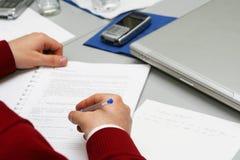 Prise des notes sur le contact à la salle de réunion Images libres de droits