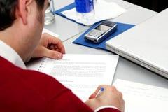 Prise des notes sur le contact à la salle de réunion Photo stock
